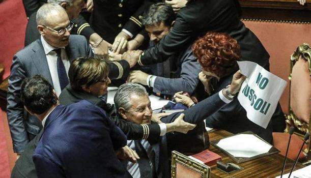 Ius Soli, bagarre a Palazzo Madama. Contusa ministra Fedeli VIDEO